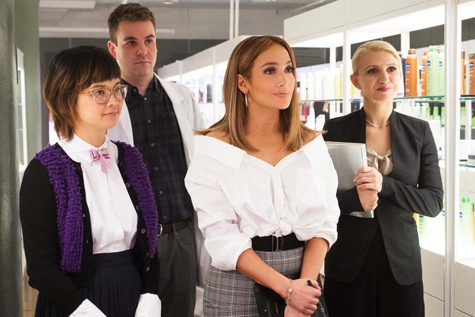 Maya (Jennifer Lopez) mit ihrem Team um Ariana (l., Charleyne Yi), Chase (Zweiter von links, Alan Aisenberg) und Hildy (r., Annaleigh Ashford)