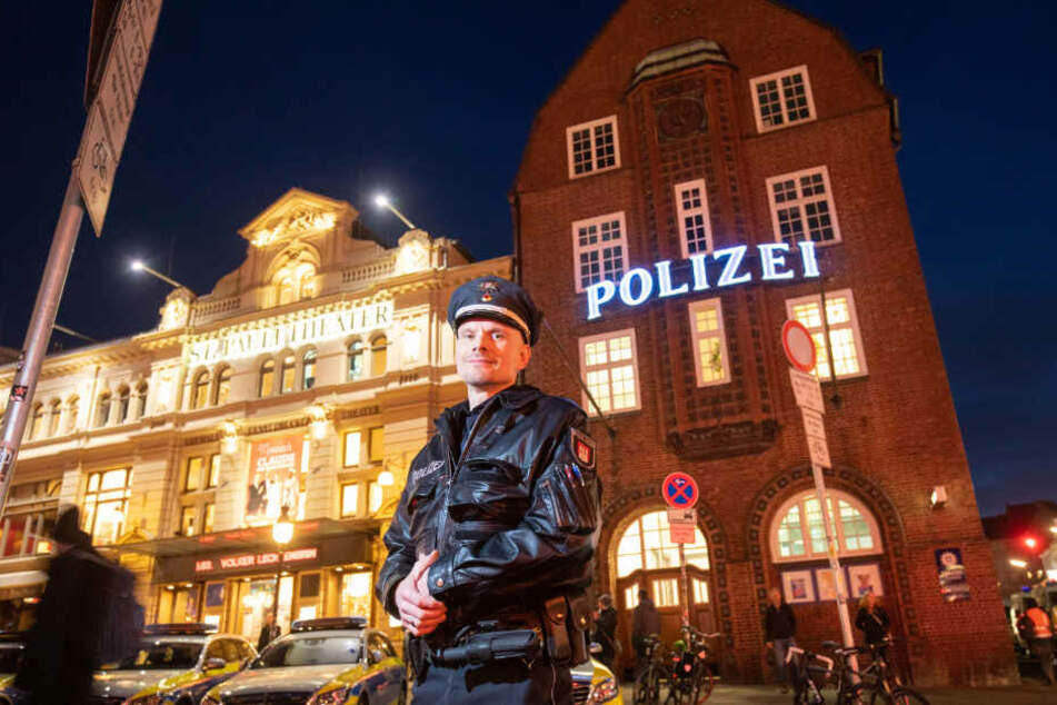 Oberkommissar Stephan Hüll steht vor der Davidwache auf St. Pauli.