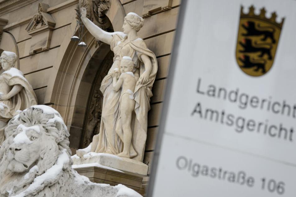 Weil die beiden Angeklagten noch nicht volljährig sind, findet der Prozess unter Ausschluss der Öffentlichkeit vor dem Landgericht Ulm statt.