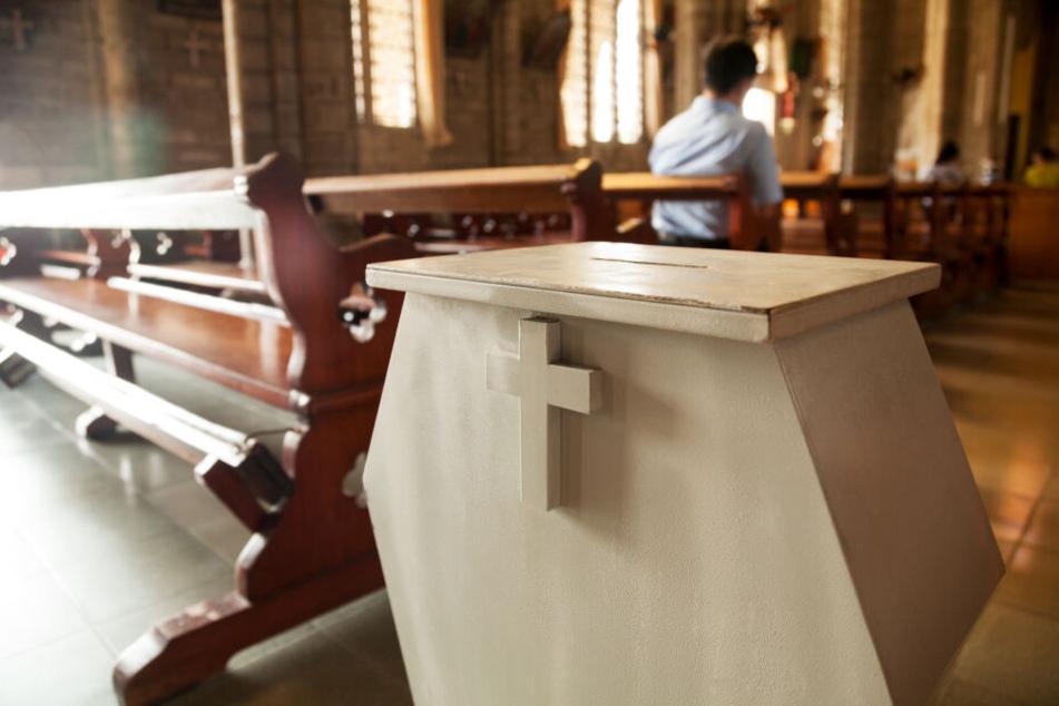 Mit einem geschickten Trick erbeutete der Mann Münzen aus den Opferstöcken in Kirchen. (Symbolbild)
