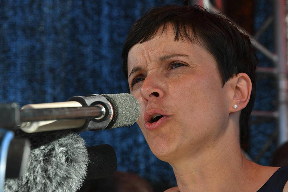 Frauke Petry (41, AfD) will illegale und abgelehnte Asylbewerber auf Inseln außerhalb Europas unterbringen.