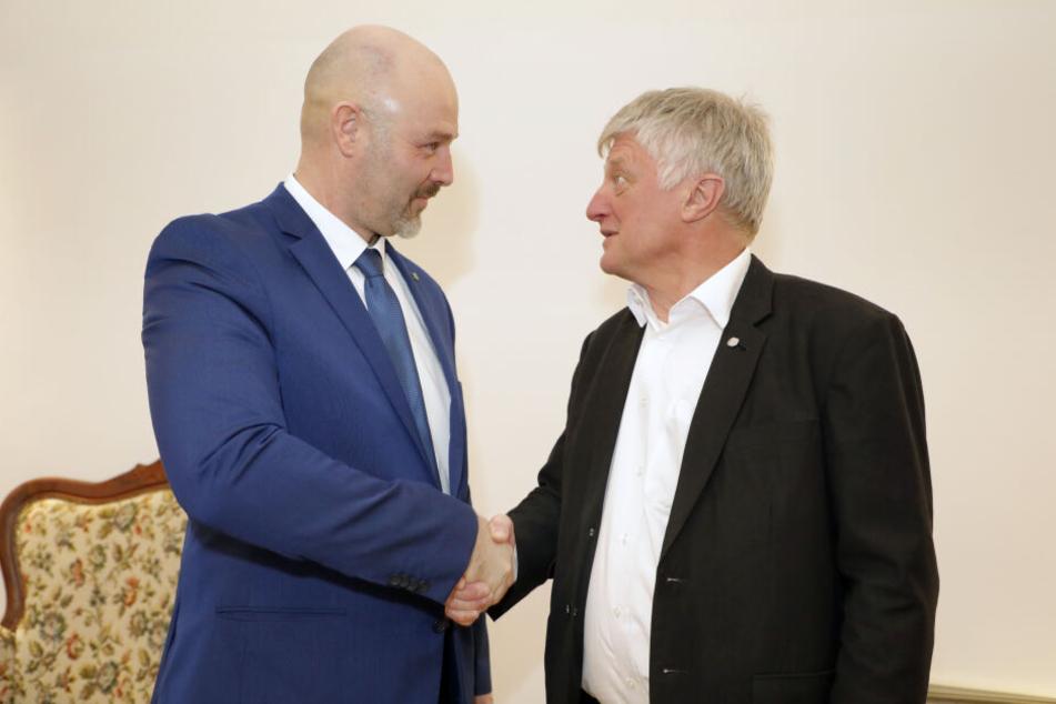 Überraschung: Nico Köhler (44, l.) musste Anfang Februar Ulrich Oehme (59) zur AfD-Kandidatur für die OB-Wahl gratulieren.