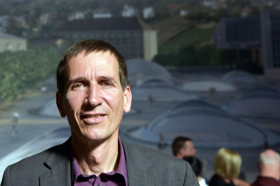 Peter Morhard, Referatsleiter für Bahnprojekt Stuttgart-Ulm steht im Verkehrsministerium vor einem Wandbild des künftigen Bahnhofs.