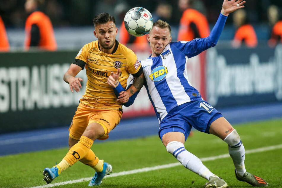 Sascha Horvath von Dynamo Dresden kämpft gegen Berlins Ondrej Duda (r) um den Ball.