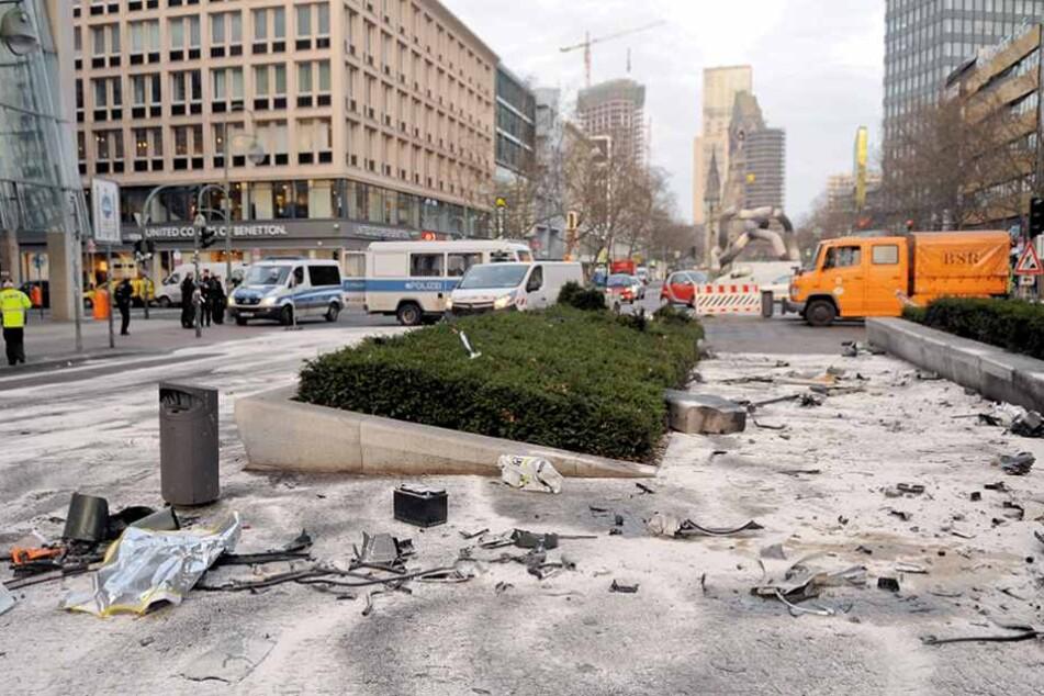 Noch am Tag nach dem Unfall zeugen die verteilten Trümmer von der Tragödie.