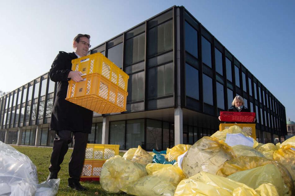Mit zahlreichen Müllsäcken voller Kassenbons aus Bäckereien haben der FDP-Landtagsabgeordnete Schweickert und mehrere Bäcker im Vorfeld des Landtags-Wirtschaftsauschusses vor dem baden-württembergischen Landtag gegen die Bonpflicht protestiert.
