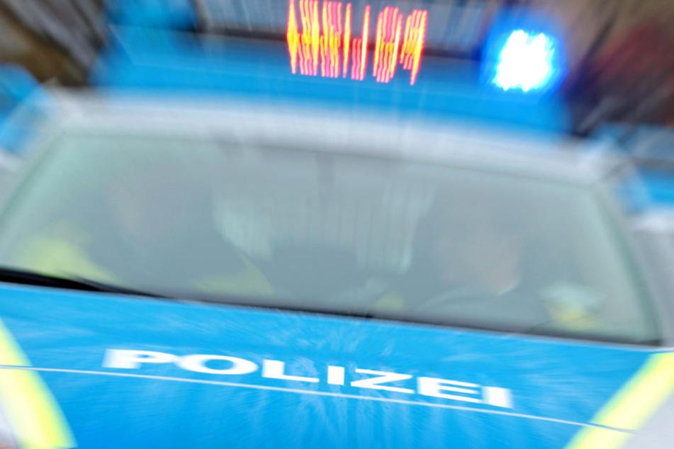 Die Polizei fahndet nach den Räubern (Symbolbild).