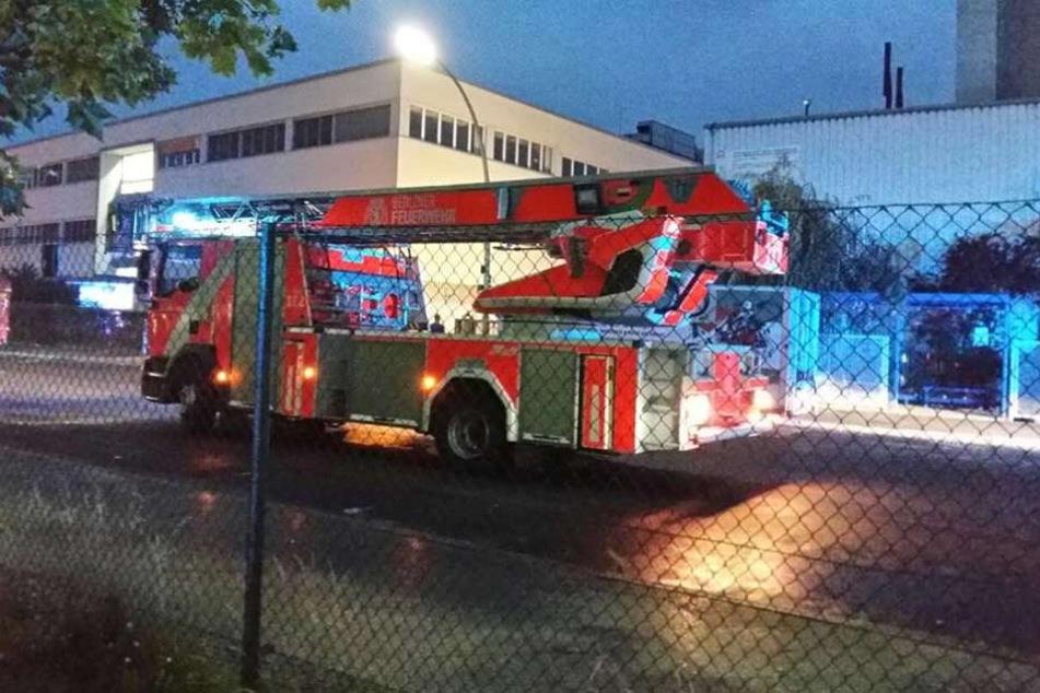 Ein Feuerwehrfahrzeug steht vor der Marzipan-Fabrik auf der Ballinstraße.