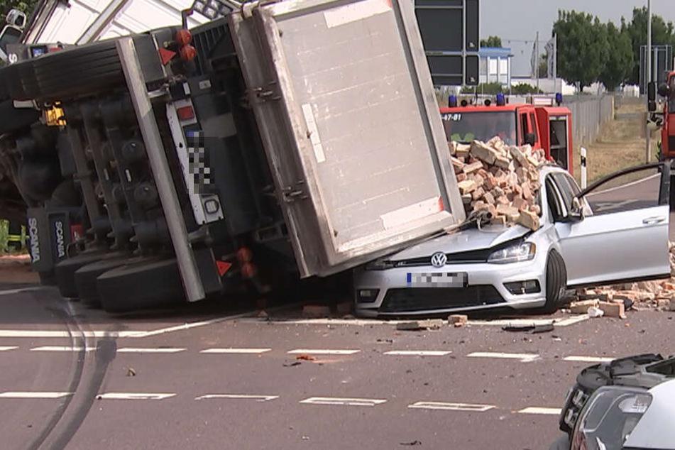 Auto unter tonnenschwerer Lkw-Ladung begraben
