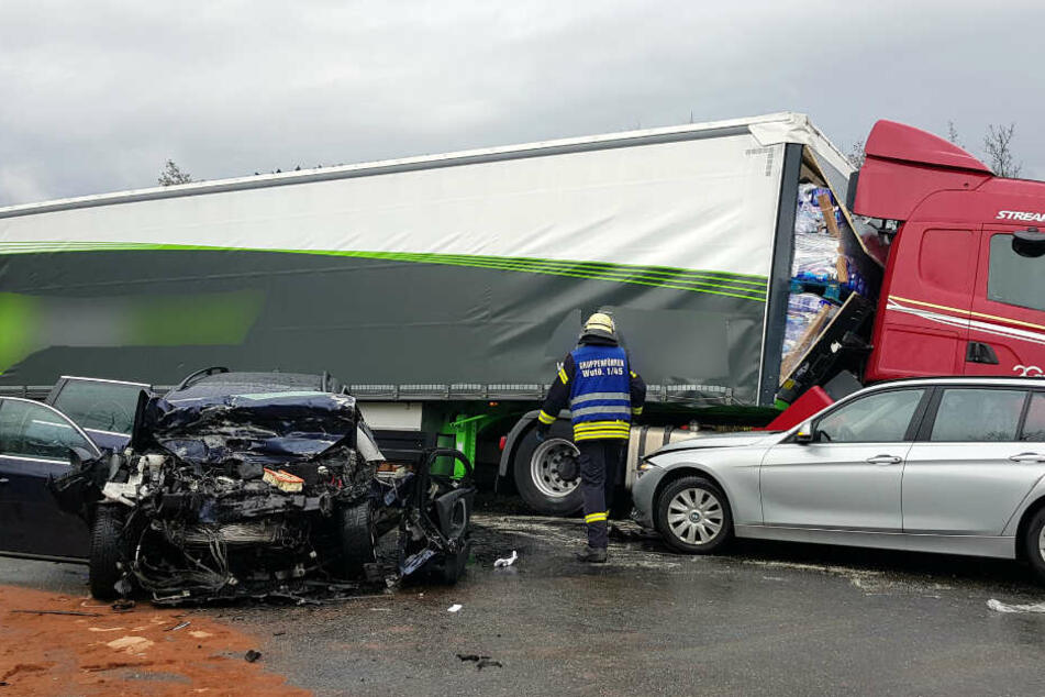 Links der Wagen der Frau, die verstarb. Rechts ist der BMW zu sehen, dessen Fahrer glücklicherweise nur leichte Verletzungen hat.