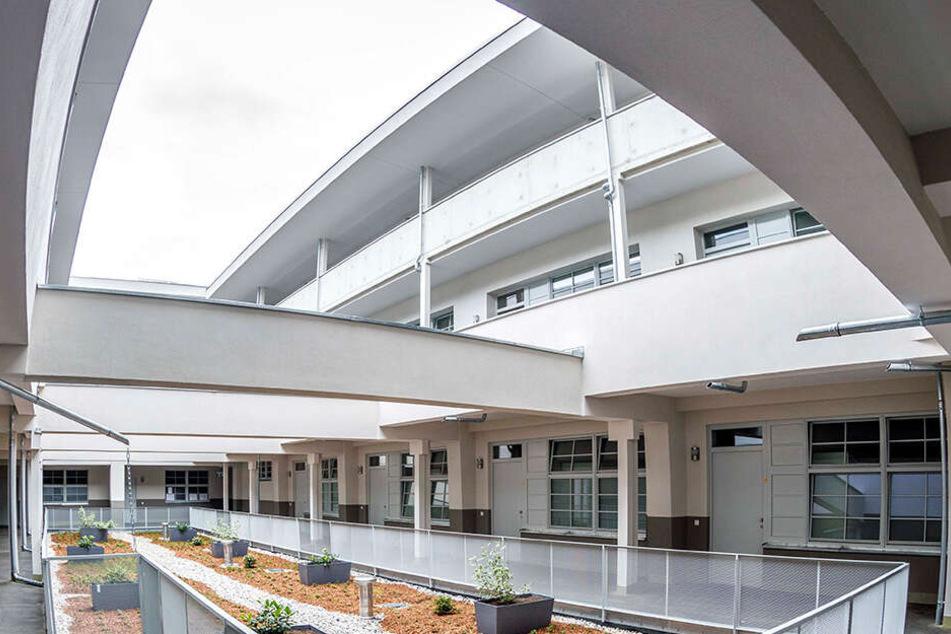 Die einstige Montagehalle ist heute ein elegantes Atrium, über das der Zugang in die Wohnungen erfolgt.