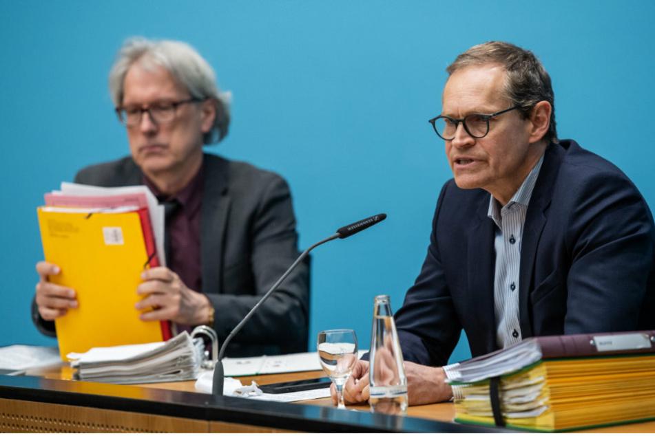 Matthias Kollatz (SPD, l), Finanzsenator von Berlin, und Michael Müller (SPD), Berlins Regierender Bürgermeister sitzen bei einer Senatspressekonferenz zur Corona-Krise.
