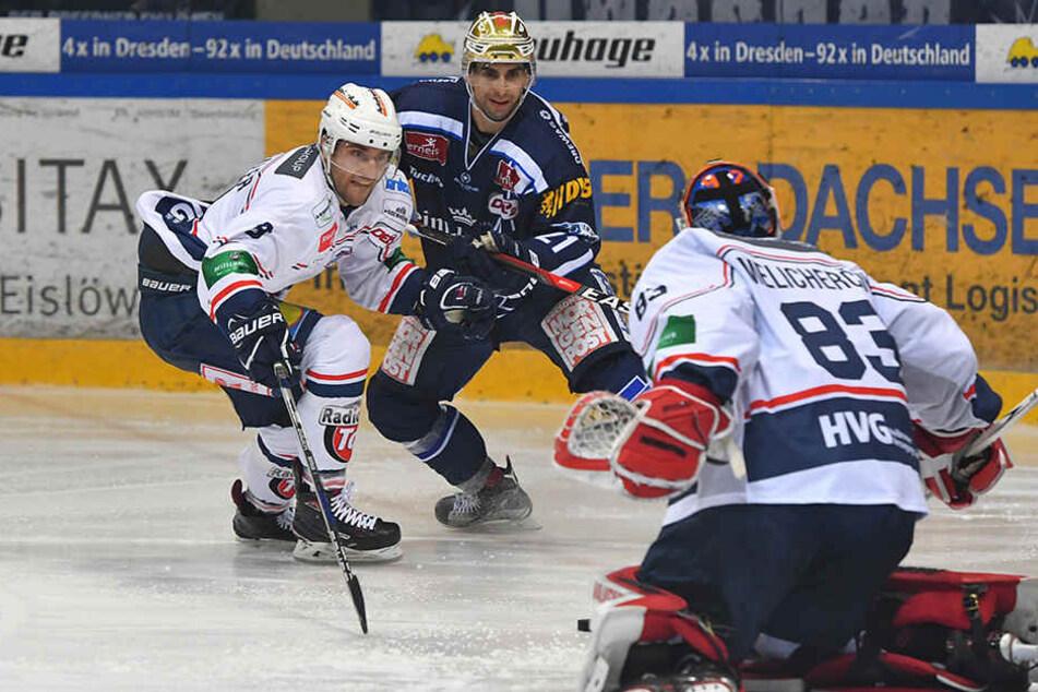 Stürmer Alexander Höller (m). fand kein Mittel, um durch die Falken-Abwehr zu brechen.