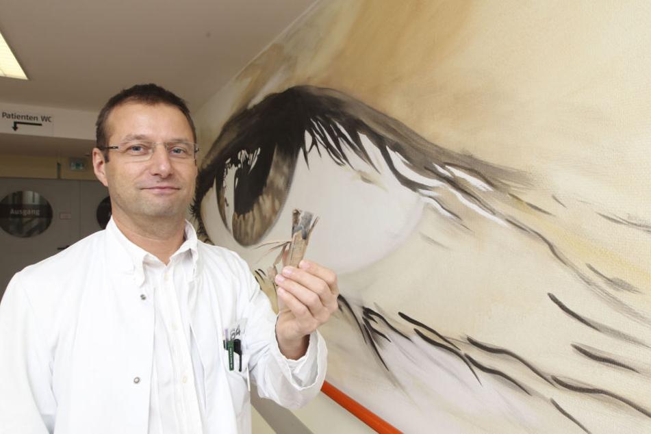Dr. med. Dirk Ehrich - Chefarzt Augenheilkunde, er fand diesen Böller mit einer Kunststoffröhre vorm Klinikum.
