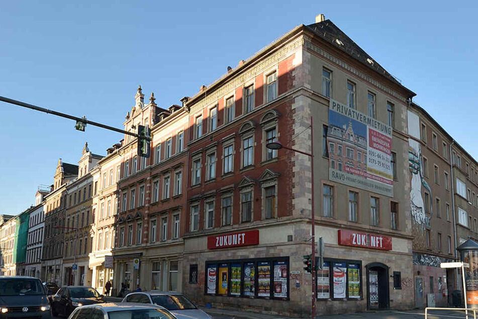 """Die beiden roten """"Zukunft""""-Schilder werden in der kommenden Woche von der Hausecke verschwinden."""