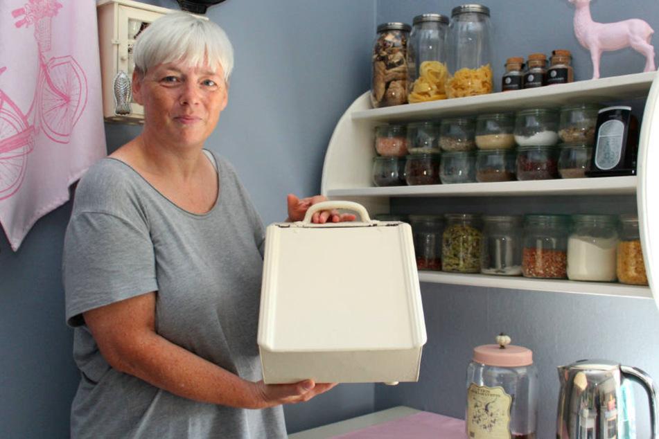 """Erfinderisch: Patricia Sommermann hat ein Händchen für """"Upcycling"""": Der Brotkasten war mal eine Kohlenschütte."""