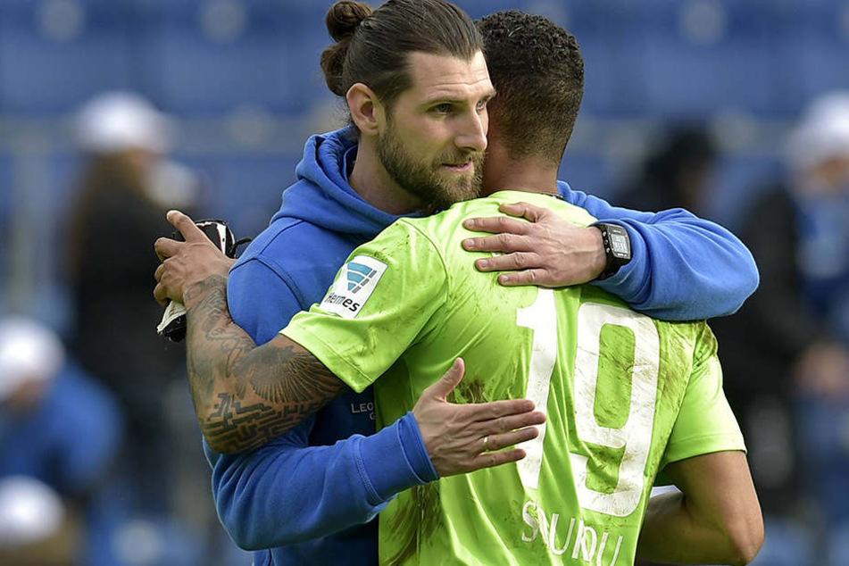 Robin Lenk (l.) nimmt Cebio Soukou  nach der Partie an seine Brust. Aus 0:2 ein 2:2 gemacht - Interimscoach Lenk war damit zufrieden.