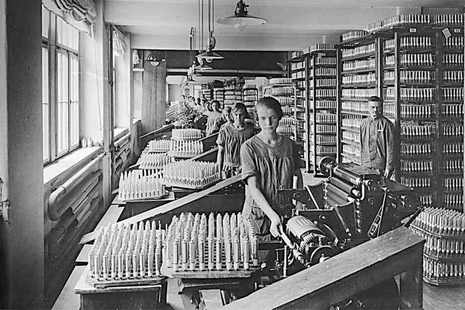 Die Tubendruckerei der Leo-Werke 1928 in der Katharinenstraße. Die Nachfrage nach der Chlorodont-Zahnpaste war so groß, dass die Produktion schon 1917 in die Neustadt umzog.