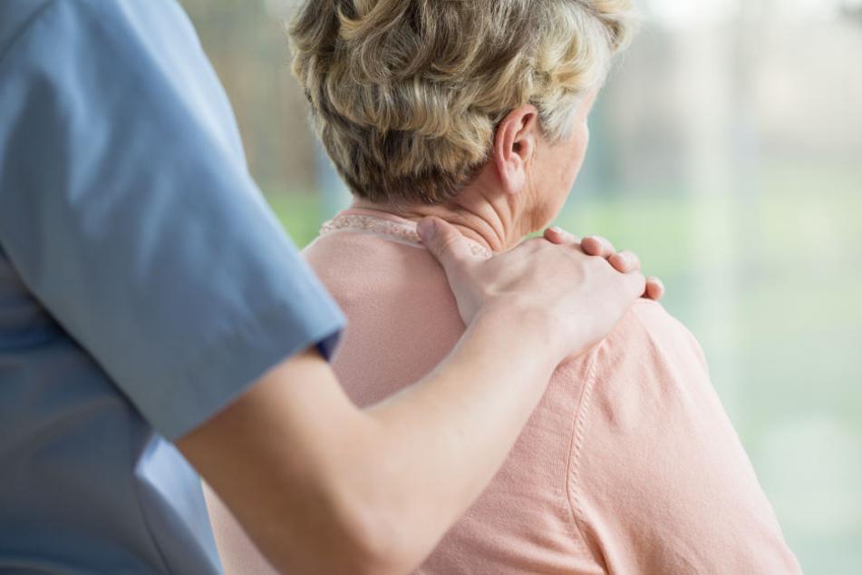 Der 38-Jährige Pfleger muss sich wegen sexueller Nötigung vor Gericht verantworten. (Symbolbild)