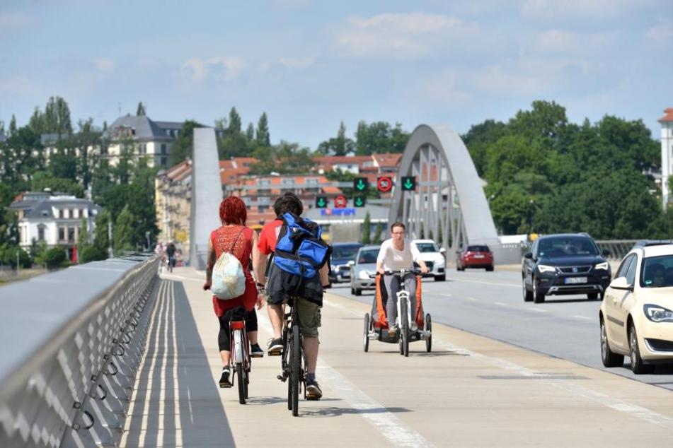 Radler auf der Waldschlößchenbrücke.
