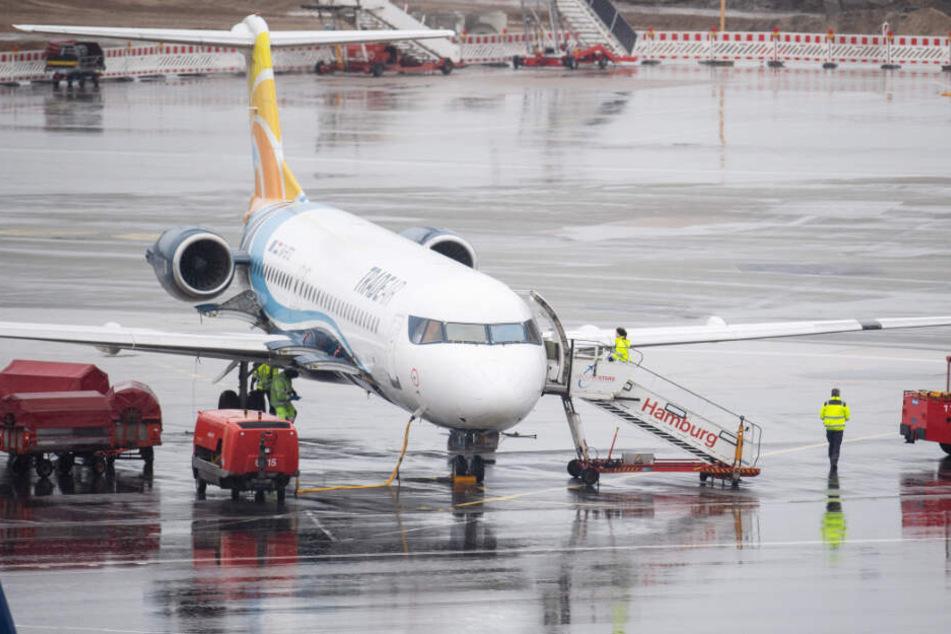 Bodenpersonal kümmert sich um ein Flugzeug am Airport Hamburg.