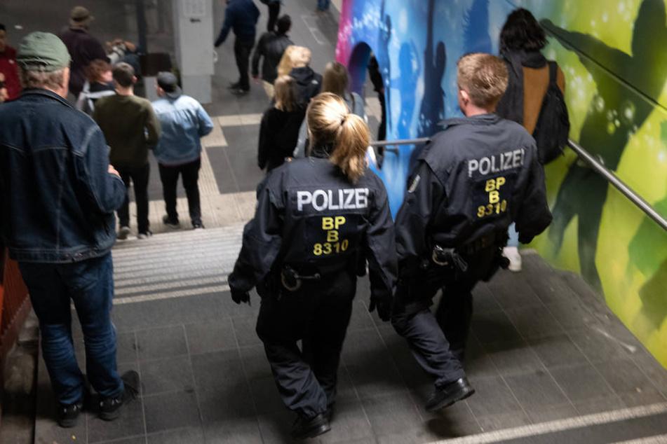 Obdachloser belästigt Mutter und Tochter, die stoßen ihn Treppe runter