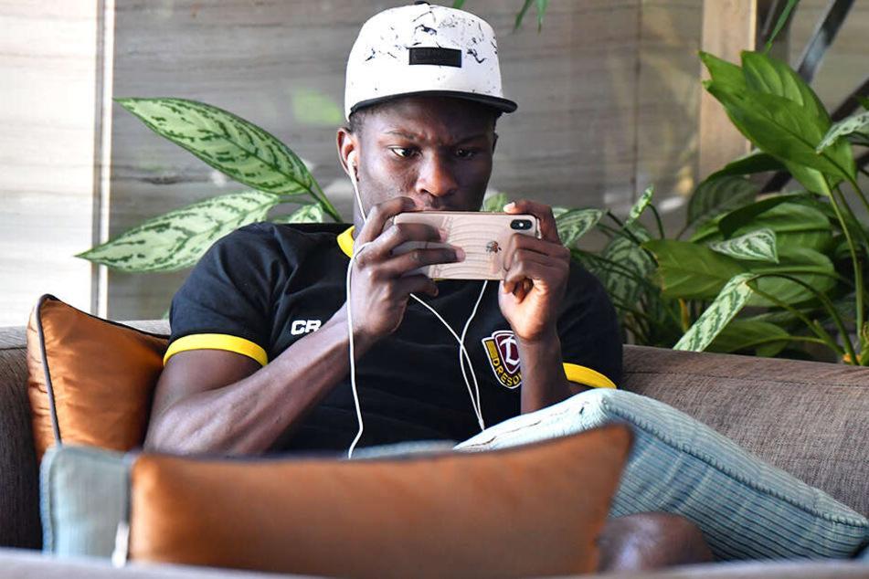 Moussa Koné tippte fleißig auf seinem Handy rum - auch ein Zeitvertreib.