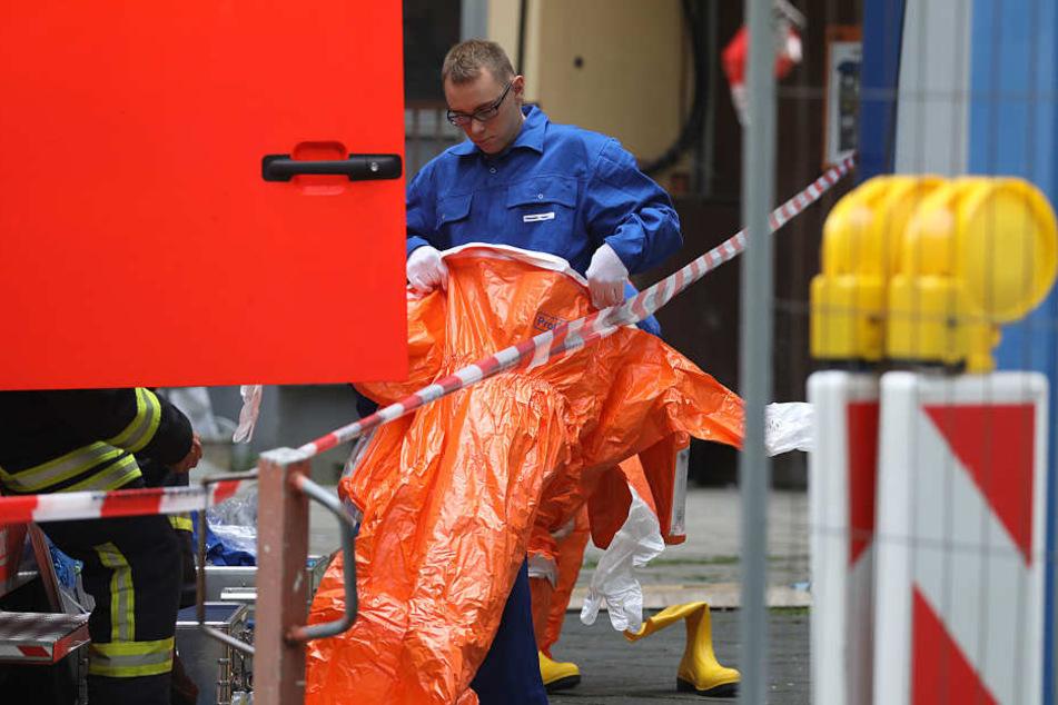 Ein Feuerwehrmann bereitete sich auf den Einsatz in Köln-Chorweiler vor.
