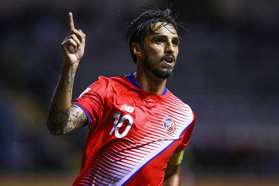 Costa Ricas Kapitän Bryan Ruiz musste seinem Trainer mehrfach zur Seite springen.