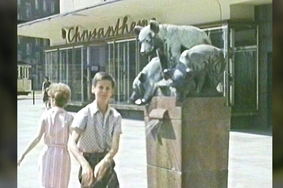 Der Bärenbrunnen stand einst an der Königstraße/Ecke Brückenstraße, zuletzt  vor dem Sporthaus an der Theaterstraße.
