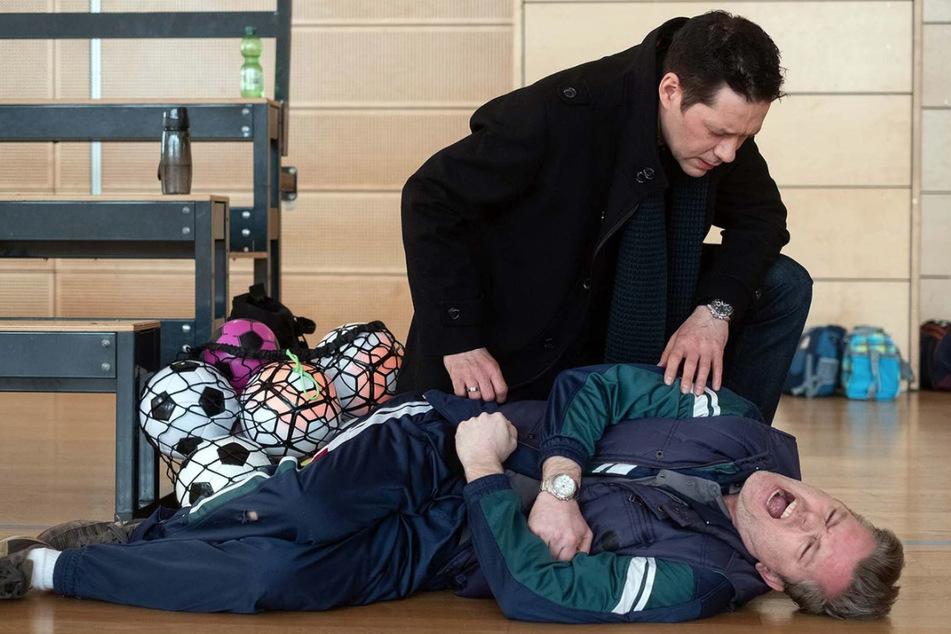 Hannes Seela ist in der Turnhalle gestürzt. Dr. Philipp Brentano leistet erste Hilfe.