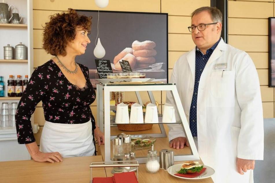 Cafeteria-Mitarbeiterin Linda Schneider (l.) macht Hans-Peter Brenner eindeutige Avancen - doch er kann sie nicht deuten.