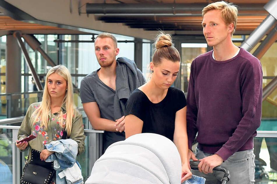 Dynamo-Kapitän Marco Hartmann (r.) schob wirklich: Und zwar den Kinderwagen seines Sohnemanns (5 Monate) - Freundin Julia blieb immer an der Seite. Hinten Torwart Marvin Schwäbe mit seiner Michelle.