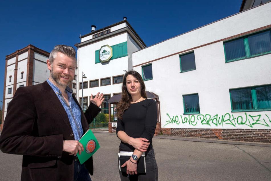 """Die ehemalige Braustolz-Brauerei ist Veranstaltungsort für das Kunstfestival """"Begehungen"""". Die Vorstände Frank Weinhold (40) und Luise Grudzinski (28) stellen das Projekt mit acht weiteren ehrenamtlichen Helfern auf die Beine."""