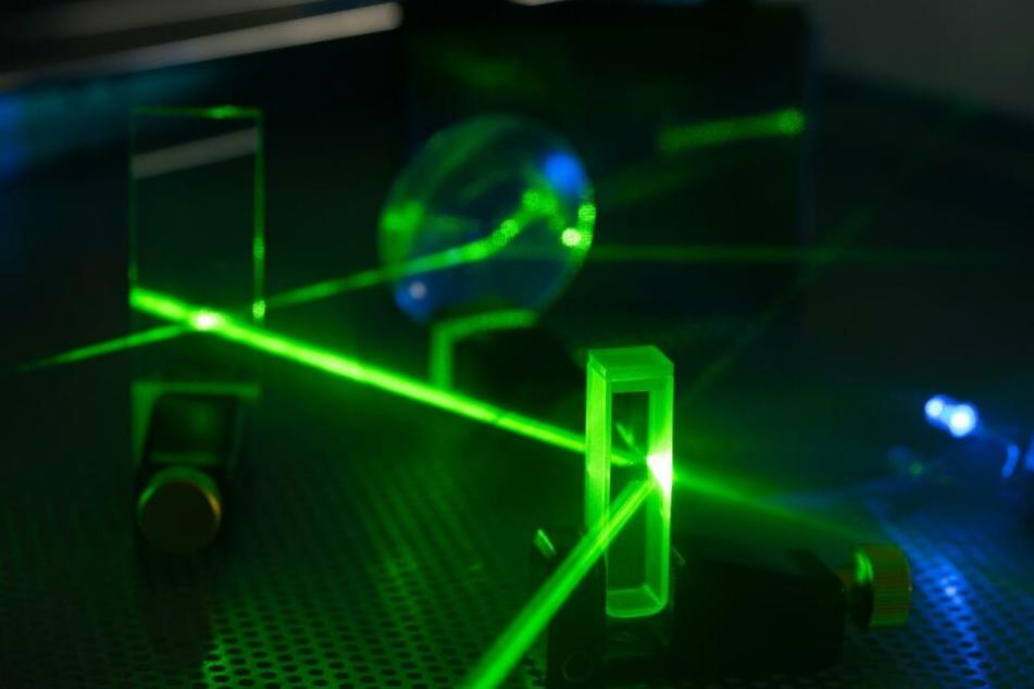 Ein normales Uhrenpendel hat eine Freuquenz von einer Sekunde. Wenn demnächst optische Uhren die Atomuhr ablösen, werden sie auf Frequenzen von 0,000.000.000.000.002 Sekunden kommen.