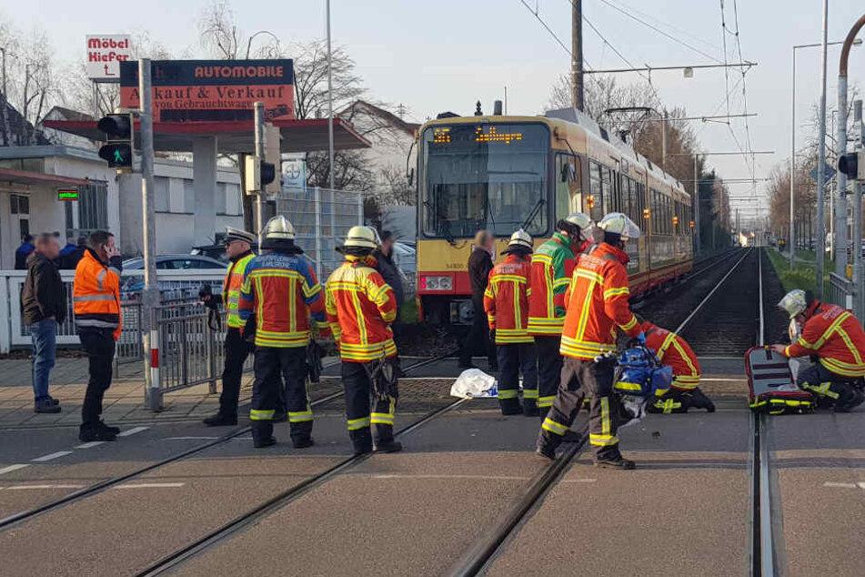 Rettungskräfte an der Unfallstelle in Knielingen.