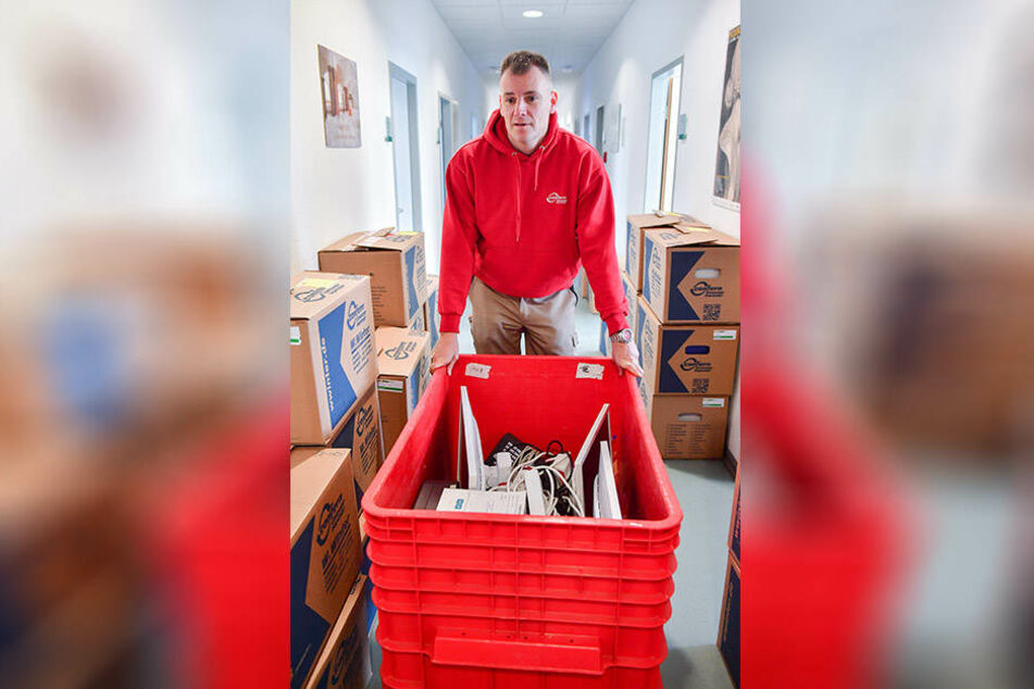 Jörg Hirschberger von der Umzugsfirma Winter koordiniert und packt selbst kräftig an.