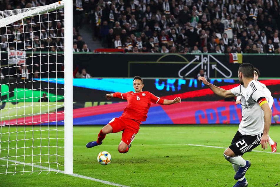 Unglaublich, aber wahr: Dieser Ball von Ilkay Gündogan war nicht drin, weil Nemanja Maksimovic (l.) die Kugel noch von der Linie kratzte.