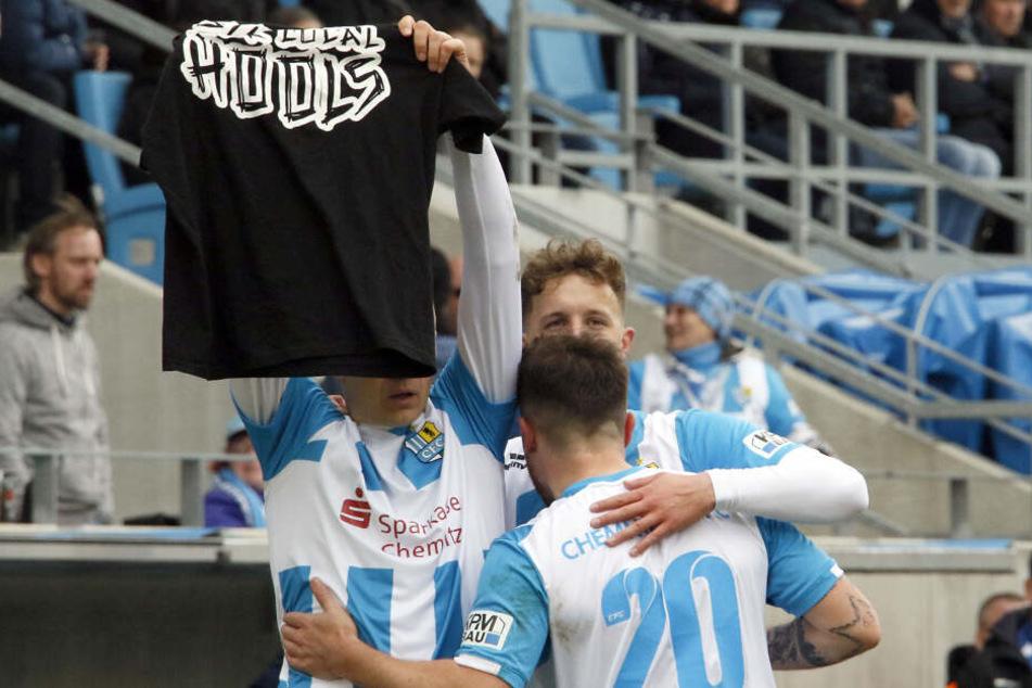 """Der Auslöser des Skandals: Daniel Frahn hält ein T-Shirt mit der Aufschrift """"Support Your Local Hools"""" hoch."""