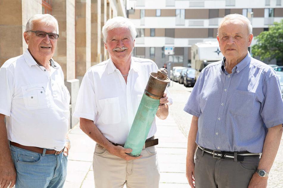 Präsentierten gestern stolz die Zeitkapsel: Ex-VEB-Leiter Manfred Kreutel (85, v.l.), der damalige Bauüberwacher Volker Frieske (78) und Architekt Dieter Schödel (84).