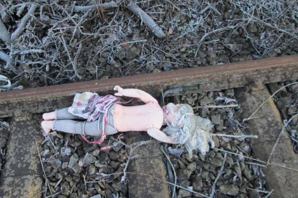 Diese Puppe lag im Bahngleis. Die Frau dachte, es sei eine Kinderleiche.