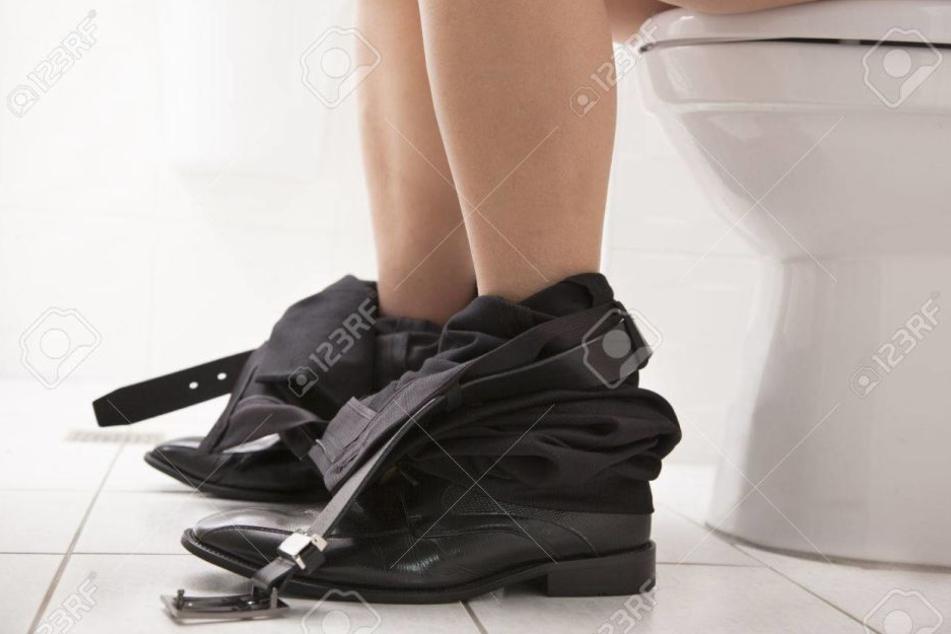 Ein Mann hatte es beim Schließen seiner Hose offenbar zu eilig. (Symbolbild)