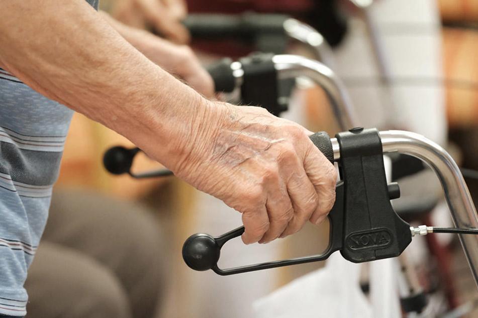 Der Senior war mit Gehhilfen unterwegs. Er wurde bei dem Unfall schwer verletzt. (Symbolbild)