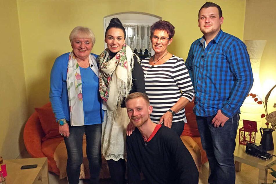 """V.l.: Gabriele, Lidia, Kurt (vorne), Monika und David kämpfen um den ersten Platz beim """"Perfekten Dinner""""."""