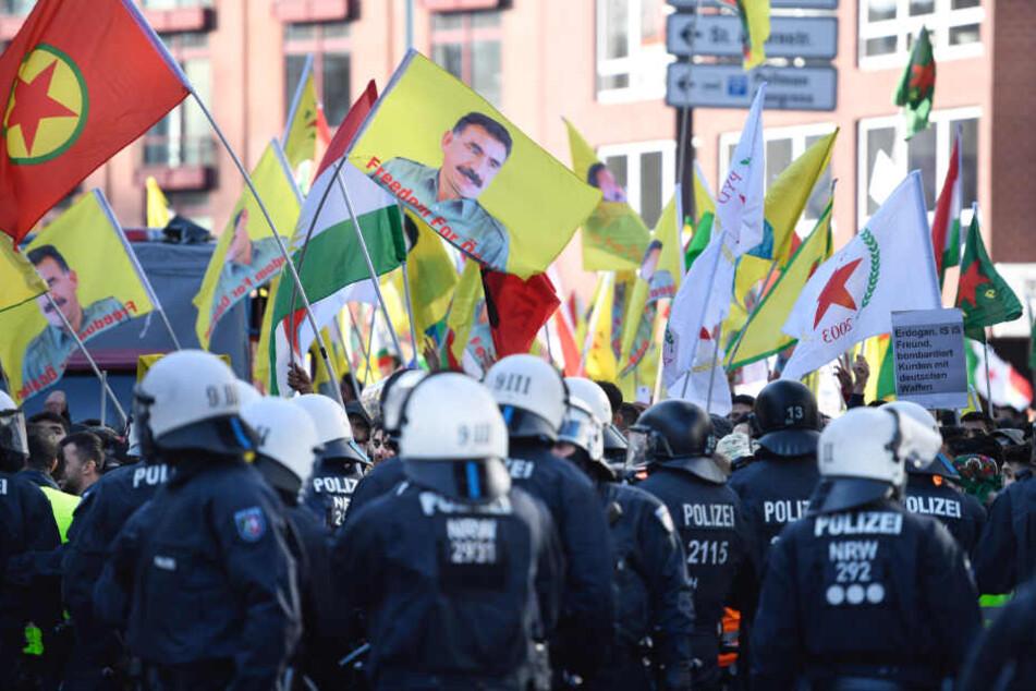 Riesige Kurden-Demo in Frankfurt gegen türkischen Einmarsch in Syrien