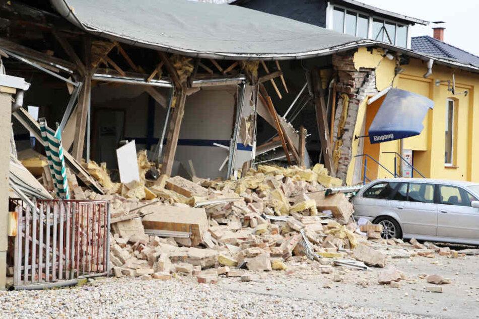 Heftige Explosion in Autowerkstatt: Zwei Menschen verletzt