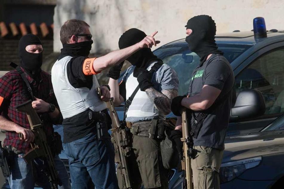 Schwer bewaffnete Polizisten eine Spezialeinheit in der Innenstadt von Münster.