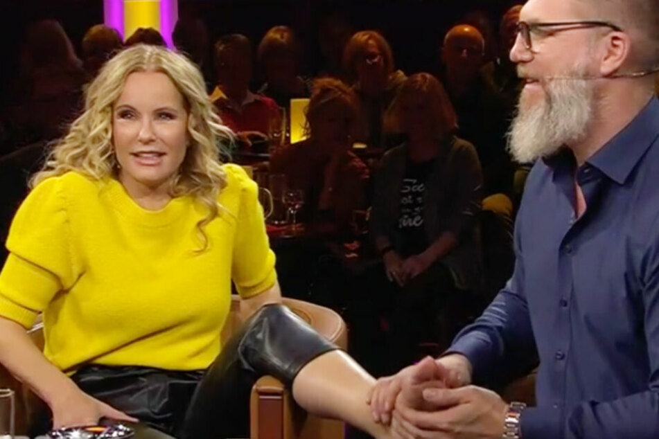 """Moderatorin Katja Burkard (54) fackelte nicht lange und ließ ihre Füße in der Sendung """"an die frische Luft""""."""