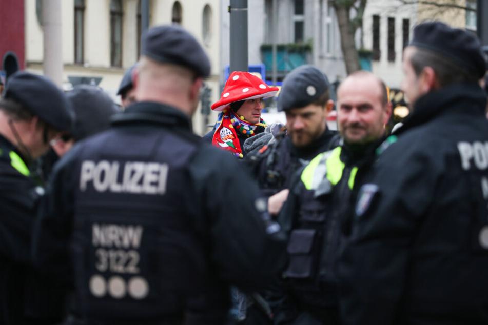 Die Polizei am Montagvormittag bei der Vorbereitung: Die Beamten sichern den großen Rosenmontagsumzug in Köln ab.