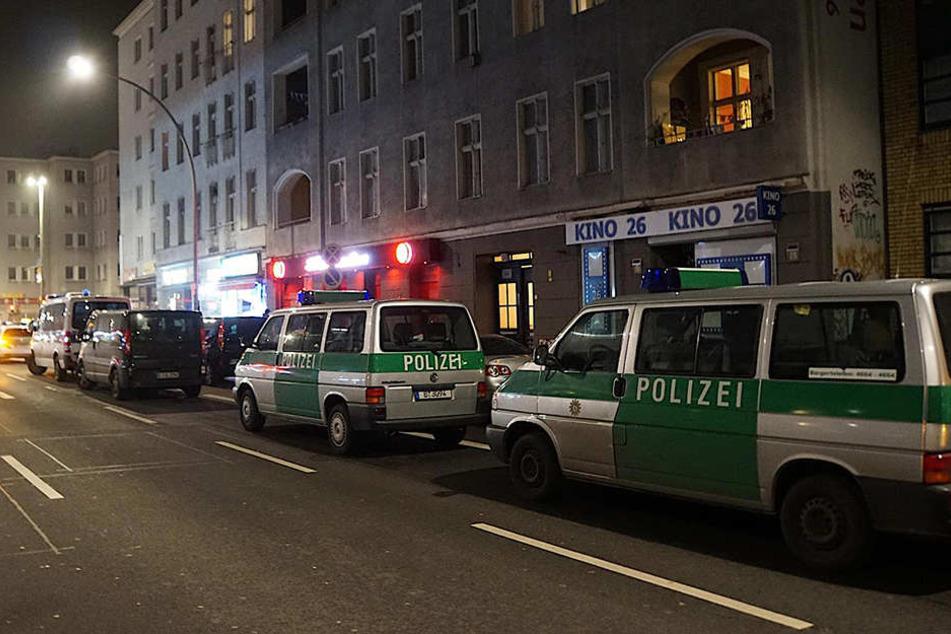 Einsatzfahrzeuge riegeln das Bordell in der Dominicusstraße ab.